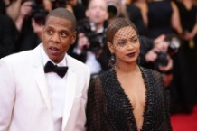 beyonce jay z finger biter pleads not guilty