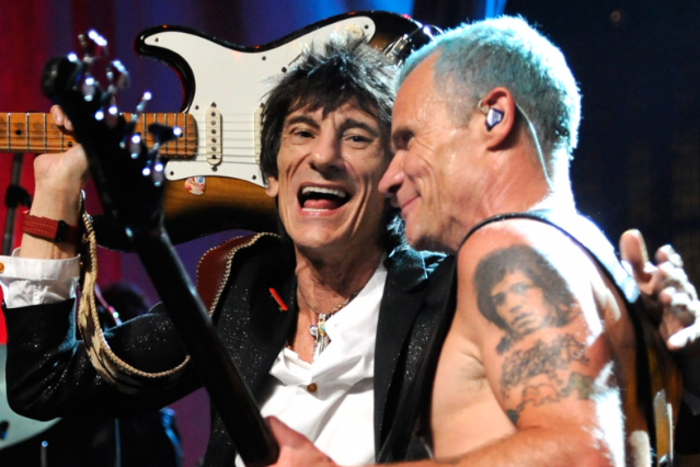 Ronnie Wood and Flea, awkward / Kevin Mazur/WireImage