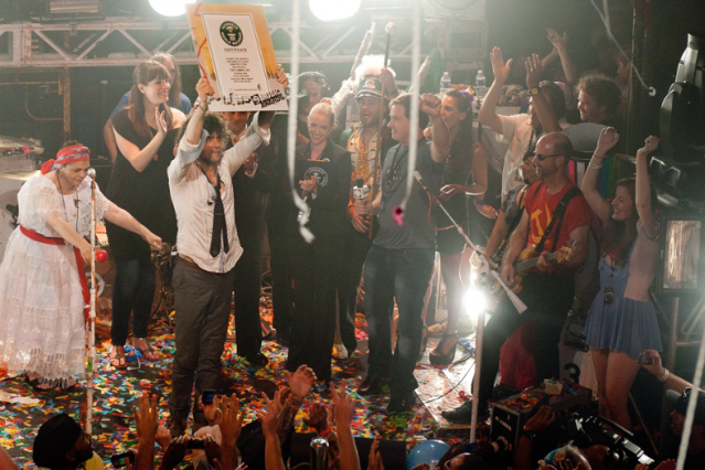 Wayne Coyne holds the Guinness certificate / Photo by Erika Goldring/Getty