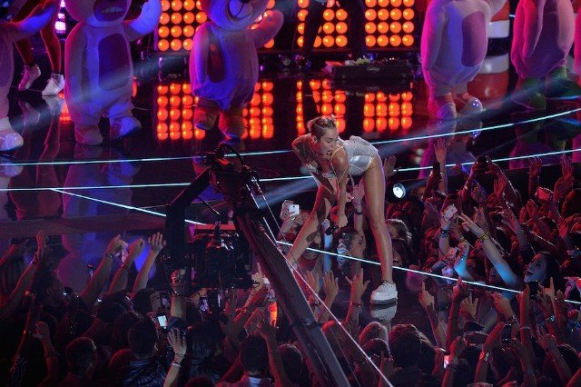 130828-miley-cyrus-twerking-mtv-video-music-awards-vma-queens-stone-age-640x426.jpg