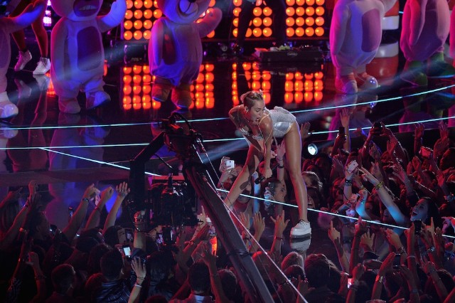 Miley Cyrus, twerk, twerking, MTV, video music awards, VMA, Queens of the Stone Age, teddy bears, Justin Timberlake