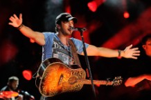 Luke Bryan, whose shirt does probably not say, 'DERP'