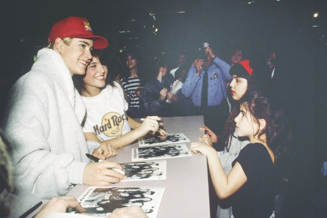 Zack Morris (Mark-Paul Gosselaar) and Kelly Kapowski (Tiffani Thiessen) sign autographs