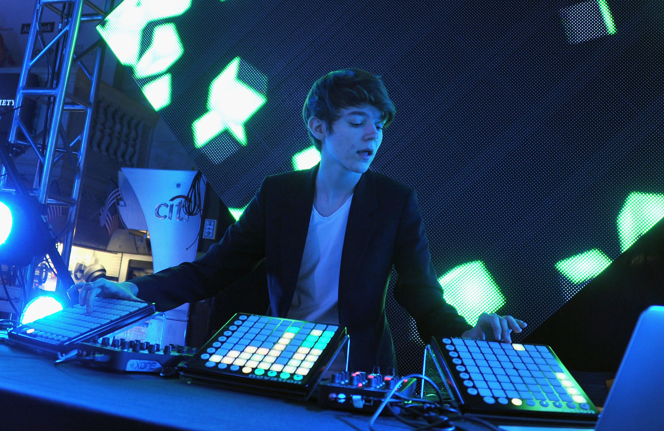 Review madeon 39 adventure 39 spin for Madeon y porter robinson