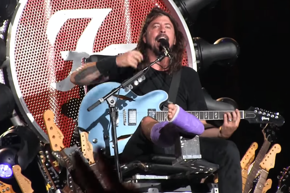 foo-fighters-dave-grohl-cast-broken-leg-throne-washington-dc-concert-july-4