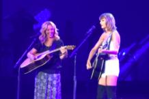 Taylor Swift, Lisa Kudrow