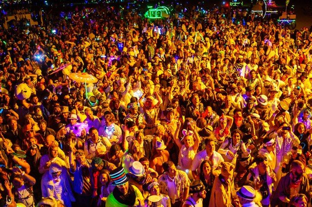 burning-man-opulent-temple-crowd