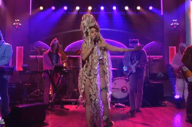 Definitivamente Miley Cyrus rockea!!! - Página 16 Miley-cyrus-saturday-night-live-940-640x423