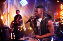 jason-derulo-guitar-center-wiggle-premiere