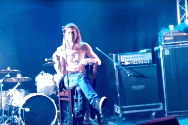wes-scantlin-puddle-of-mudd-australia-meltdown-stage-microphone-band-walk-off-video-watch