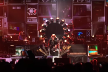 axl rose borrows dave grohl throne guns n roses reunion tour las vegas