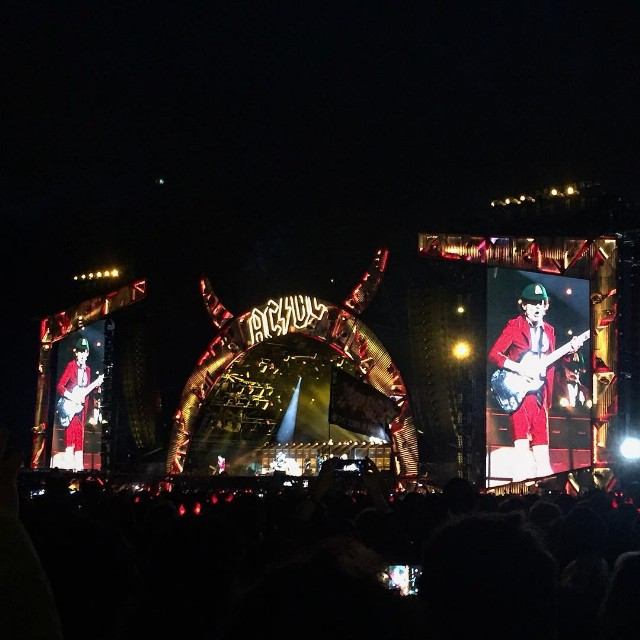 axl rose ac dc first show lisbon portugal back in black listen watch