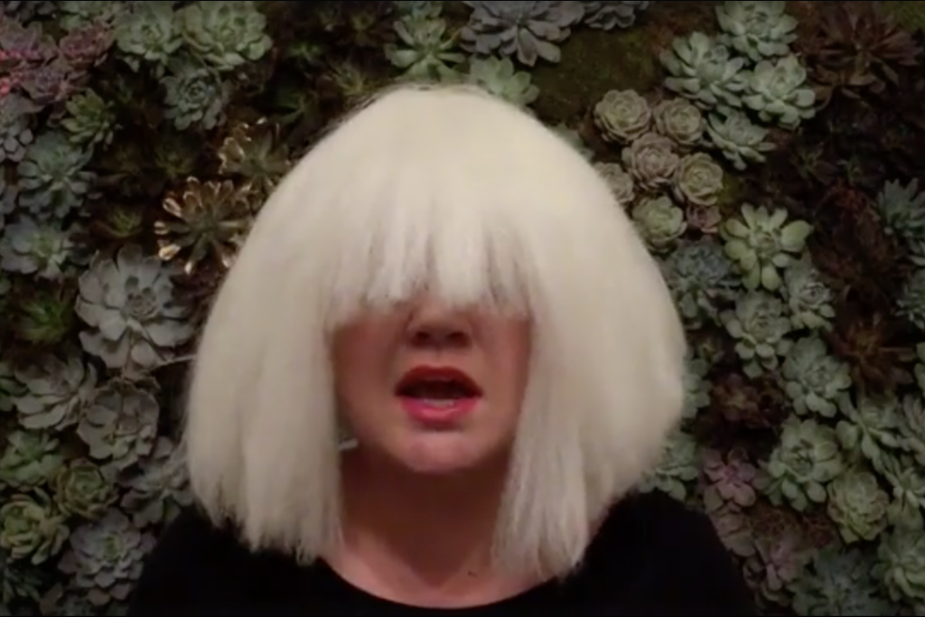"Watch Kelly Clarkson Cover ""Chandelier"" in a Sia Wig for Halloween ..."