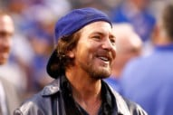 "Watch Eddie Vedder and Bill Murray Sing ""The Weight"" to Celebrate the Cubs' Win Last Night"