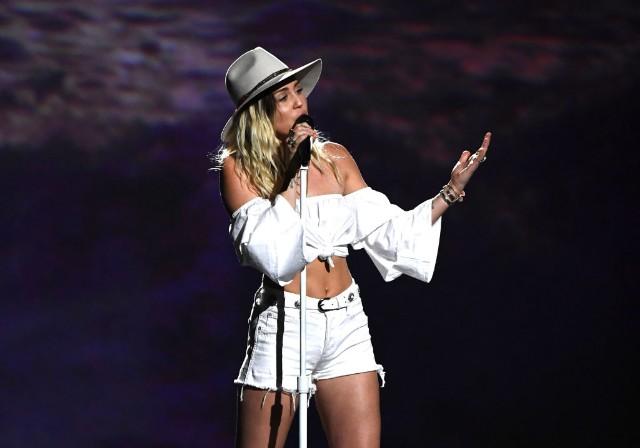 Miraculous Miley Cyrus Sing Malibu At 2017 Billboard Music Awards Watch Spin Short Hairstyles For Black Women Fulllsitofus