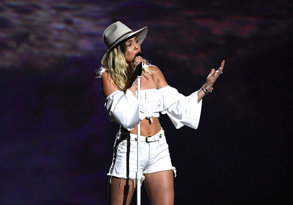 "Miley Cyrus Sing ""Malibu"" at 2017 Billboard Music Awards ..."