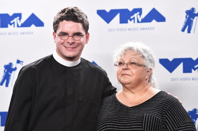 Lee's descendant resigns as pastor after VMAs backlash