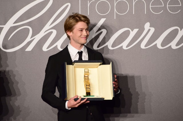 joe-alwyn-cannes-award-trophy-1526502562