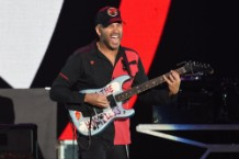"""Tom Morello Invites Fan to Play Guitar on """"Bulls on Parade"""""""