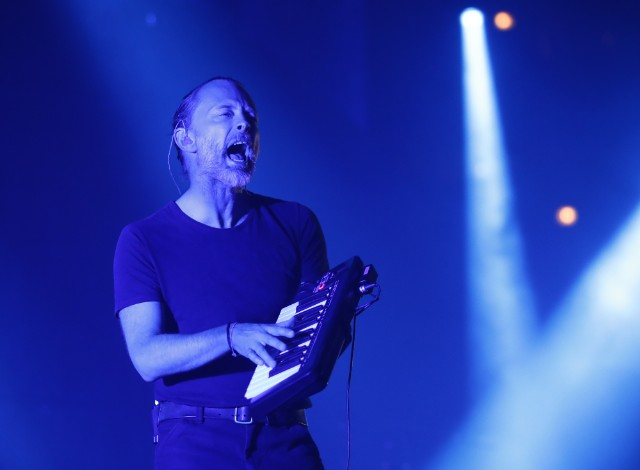 radiohead-perform-spectre-live-for-the-first-time-watch