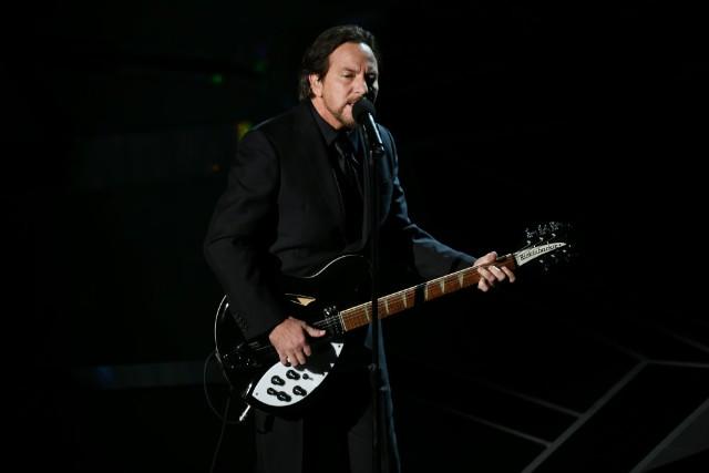 """Eddie Vedder Covers """"Help!"""" in Prague"""
