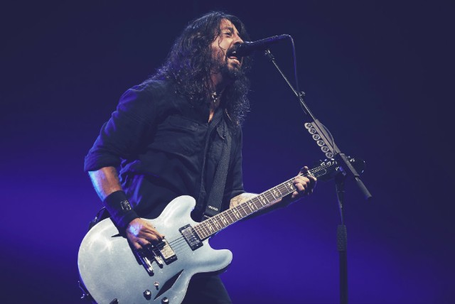 "Dave Grohl Sings ""Under Pressure"" with Mother/Daughter Duo at Foo Fighters Show"