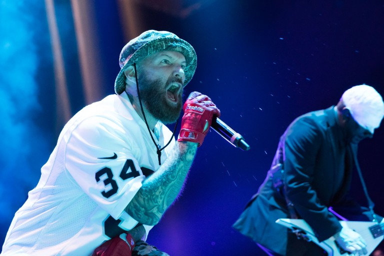 icp-shaggy-2-dope-attempts-to-dropkick-fred-durst-during-limp-bizkit-festival-set
