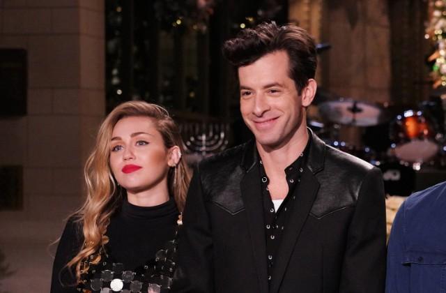 Matt Damon Snl Christmas.Miley Cyrus And Mark Ronson Perform Two Songs On Snl