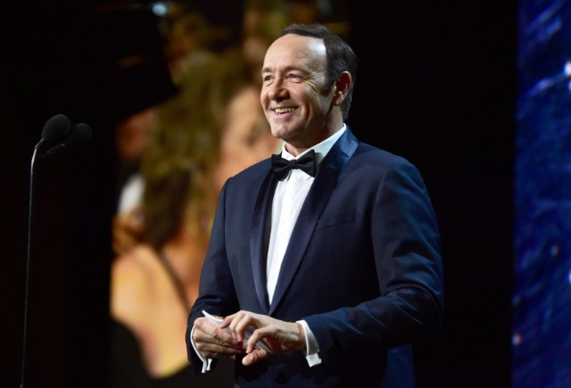 kevin-spacey-delivers-pizza-to-paparazzi-while-wearing-a-retired-since-2017-hat