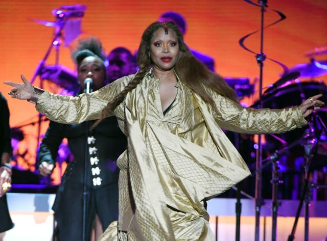 erykah-badu-says-she-wants-to-pray-for-r-kelly-during-chicago-show
