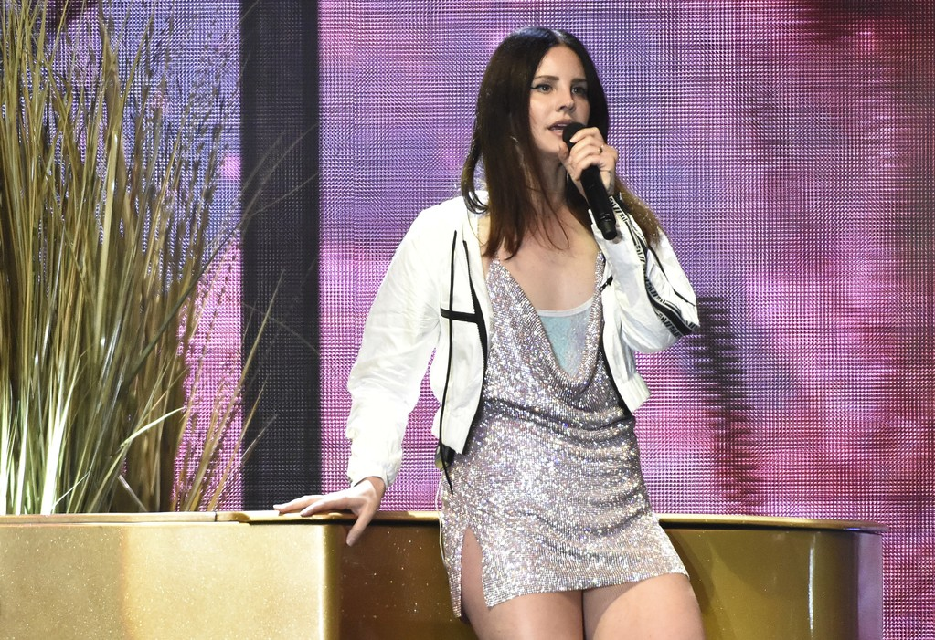 """Lana Del Rey Performs """"Mariners Apartment Complex"""" Live for the First Time: Watch"""