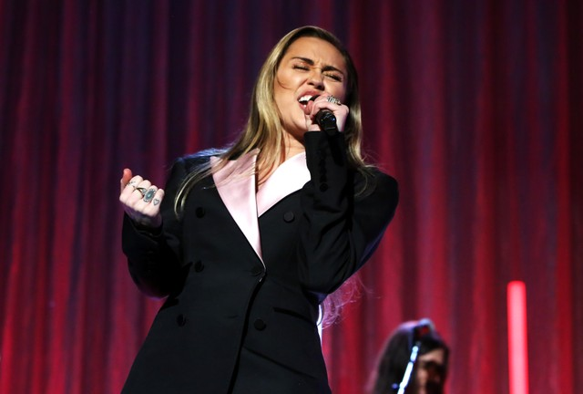 miley-cyrus-brings-out-marc-cohn-for-surprise-walking-in-memphis-performance-at-memphis-beale-street-fest-watch
