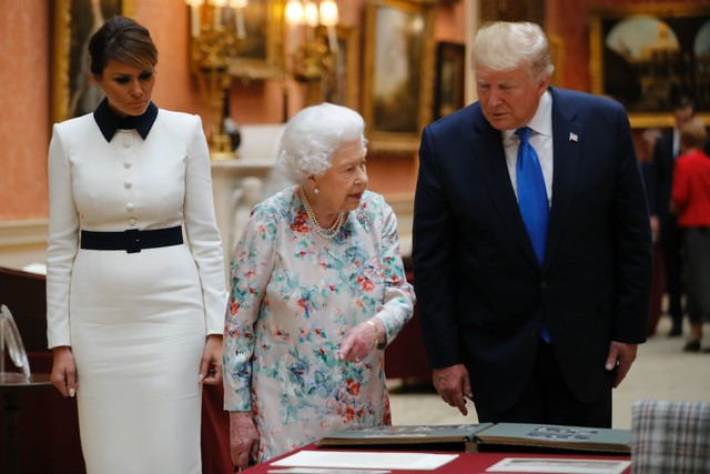 Trump Doesn't Recognize Gift He Gave Queen Elizabeth