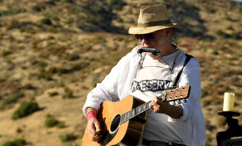"""Neil Young Performs """"New Mama"""" Live for the First Time in 42 Years: Watch"""